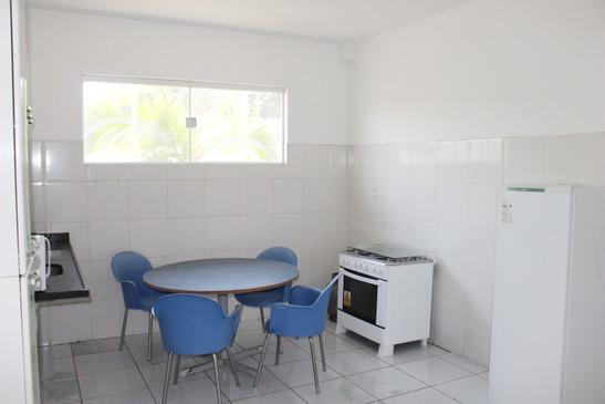 Cozinha com fogão e geladeira