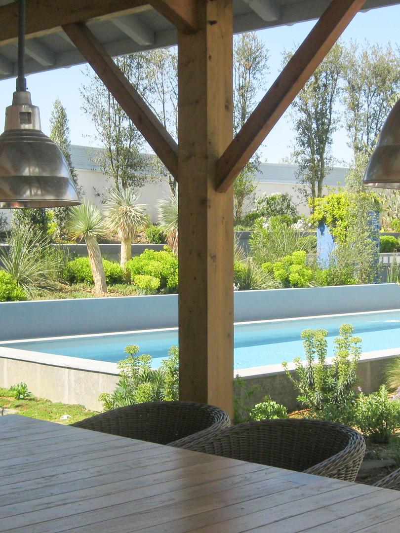 Réalisation:  Castel & fils - Anglet  Piscine et plancher bois  SARL Elgar - Arcangues Aménagement paysager