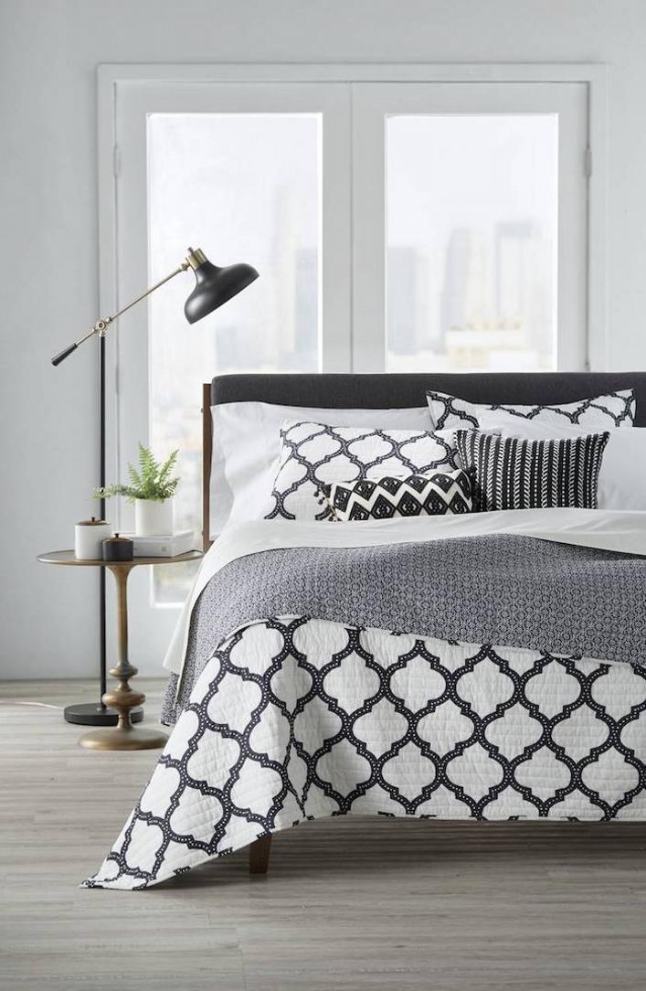 bed.pillows
