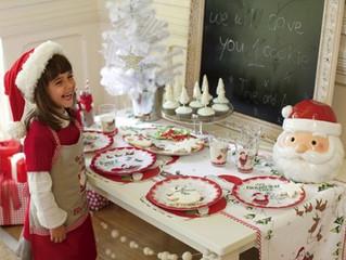 Envolvendo as Crianças Preparando a Mesa do Almoço do Dia de Natal