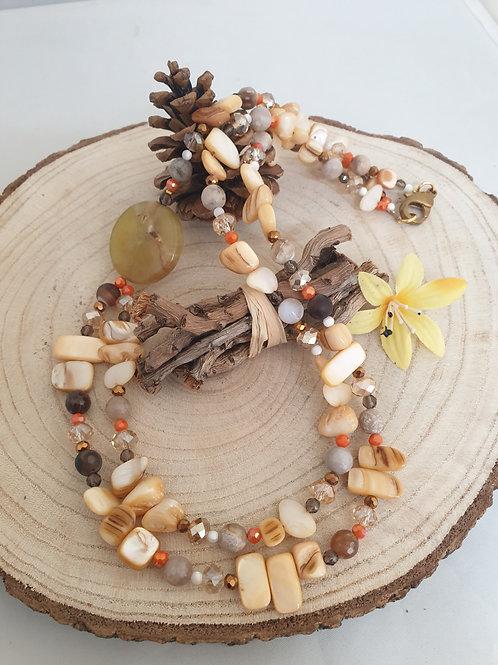 Collier asymétrique en perles.