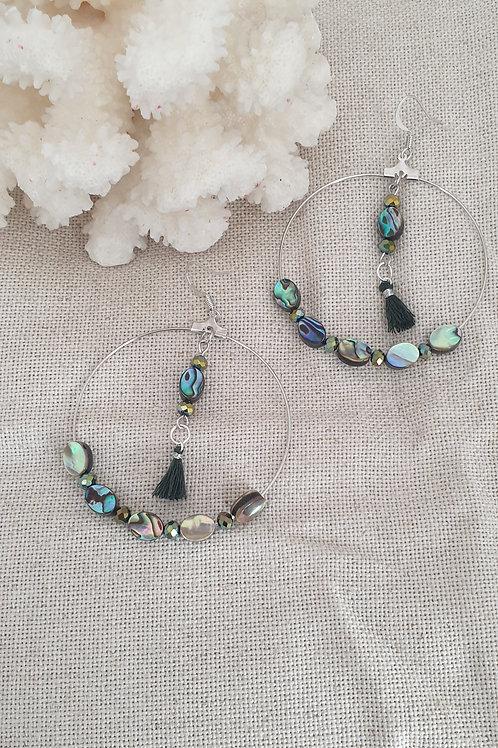 Créoles argentés bleu vert irisé.