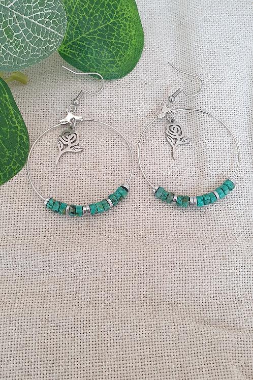 Créoles argentés en turquoise.