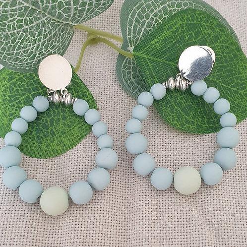 Boucles clips en perles bleu et vert clair.