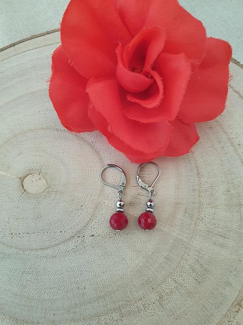Boucles d'oreille en perles rouge.