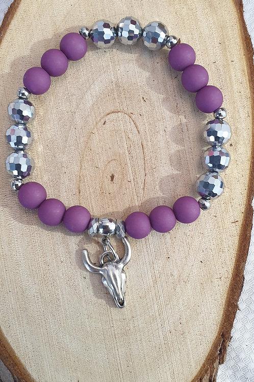 Bracelet en perles violet et métal.