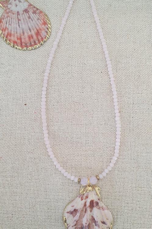 Collier en perles de verre et pendentif coquillage.
