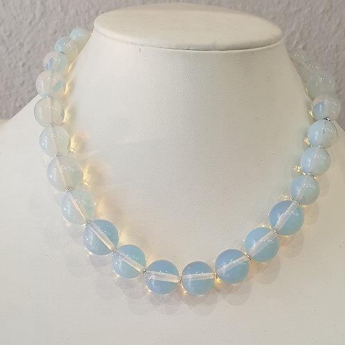 Collier en perles d'opaline.