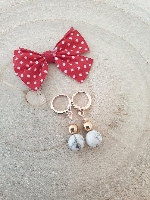 Boucles d'oreilles blanche et or.