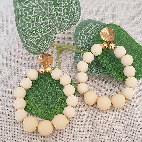 Boucles clips en perles orange clair.
