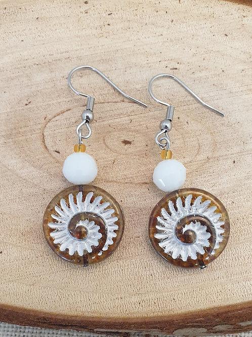Boucles en perles de verre miel et blanc.