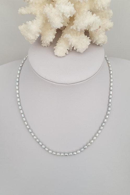 Collier en perles d'eau douce grises.