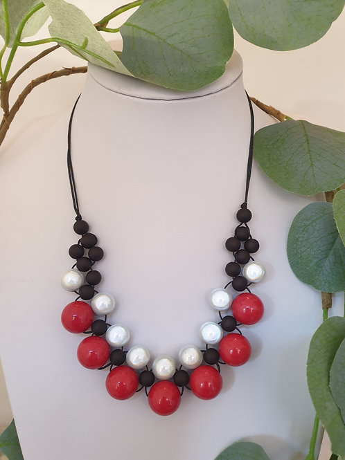 Collier rouge, noir et gris.