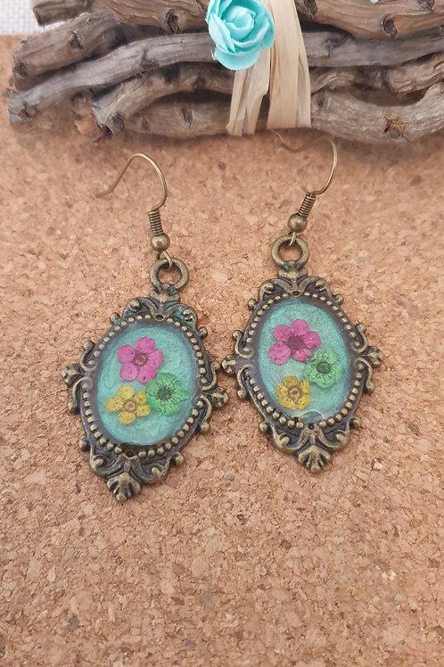 Boucles vintage en résine UV et fleurs séchées.
