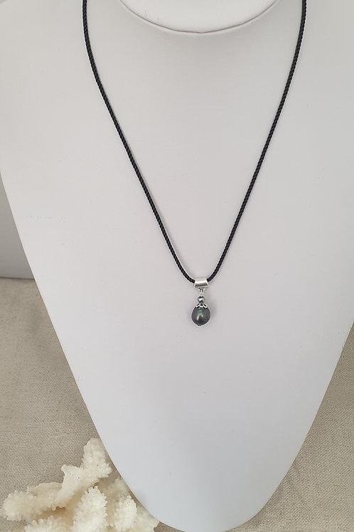 Collier cordon noir et perles d'eau douce.