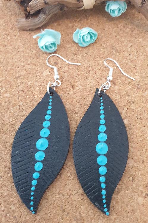 Boucles d'oreilles feuilles en bois noir et bleu.