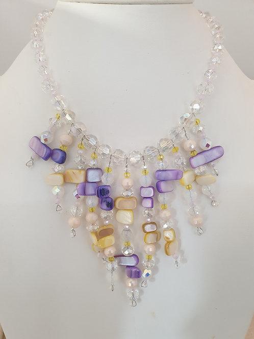 Collier violet, jaune et cristal.