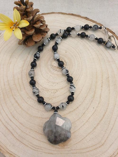 Collier noir et gris en pierres fines.