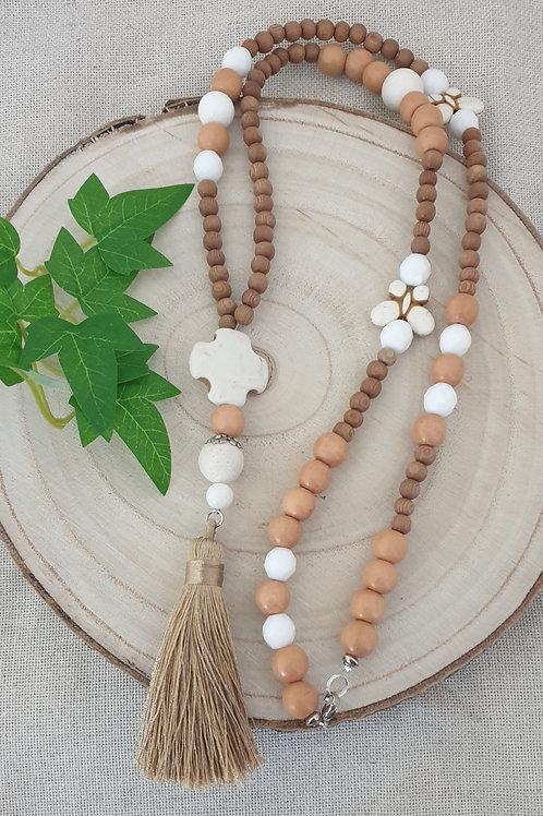 Sautoir en bois clair et perles blanches.