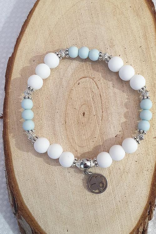 Bracelet en perles bleu et blanc.