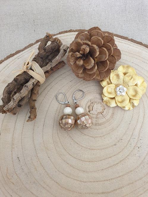 Boucles en perles de nacre.