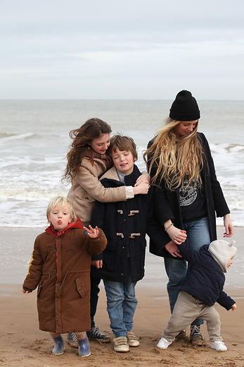 Florence et ses 4 enfants au bord de la mer