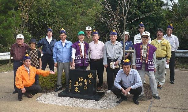 記念碑の前で全員集合