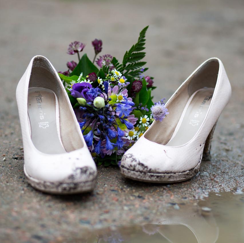 Schuhe und Blumenstrauß