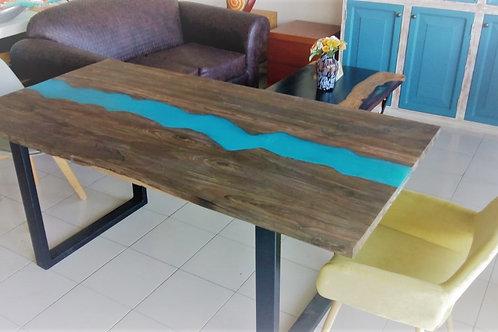 Mesa de ciricote con resina turquesa
