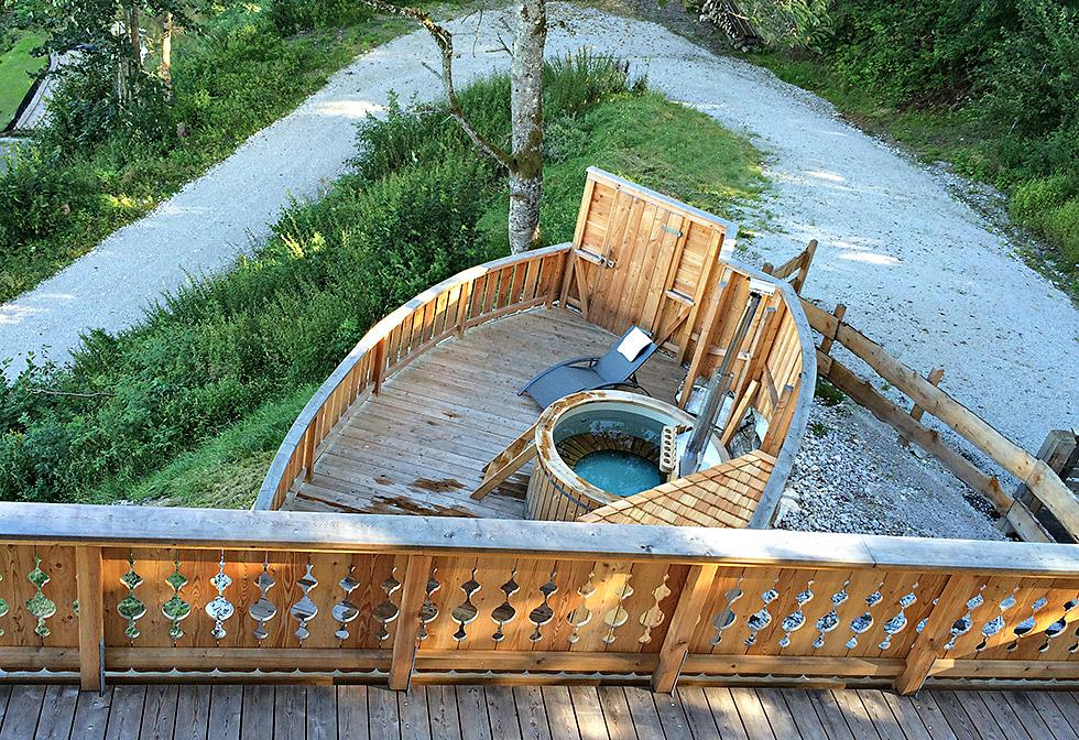 Terrasse mit Badezuber