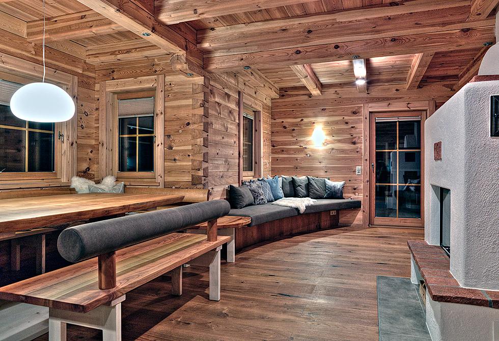 Wohnbereich mit Esstisch und Couch