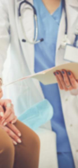 Doctor que soporta la mano del paciente