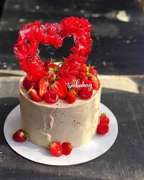 Торт со свежими ягодами и карамельным сердцем