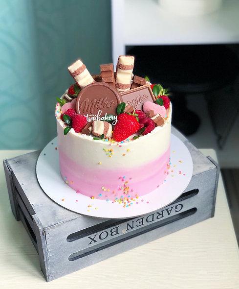 Торт со свежими ягодами и шоколадками