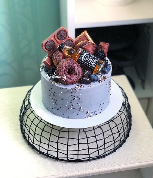 Торт с шоколадками и бутылочкой