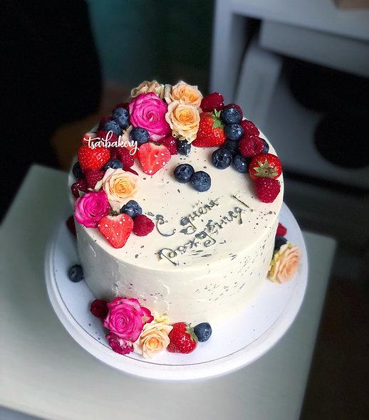 Торт с ягодами и живыми цветами