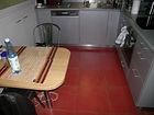 carrelage rouge au sol, meubles et plan de travail en gris métallisé