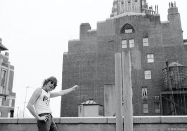Durante a mesma sessão que rendeu os close-ups para Walls and Bridges, Lennon posou para uma de suas sessões mais famosas – e reveladoras de seu amor por Nova York. Nova York, 1974