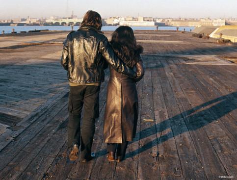 O primeiro lar de John e Yoko em Nova York foi um apartamento de dois quartos no Greenwich Village. Um dos programas do casal era passear às margens do rio Hudson, no fim da Bank Street, onde moravam. Nova York, 1972 John and Yoko's first home in New York was a two-bedroom apartment in Greenwich Village. One of the couple's pastimes was to stroll along the Hudson River, at the end of Bank Street where they lived. New York, 1972.jpg