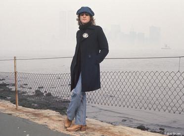 Gruen sugeriu uma sessão de fotos junto à Estátua da Liberdade em referência à tradição de acolhimento dos Estados Unidos. Na época, o governo de Richard Nixon tentava deportá-lo por causa de seu ativismo político. Nova York, 1974