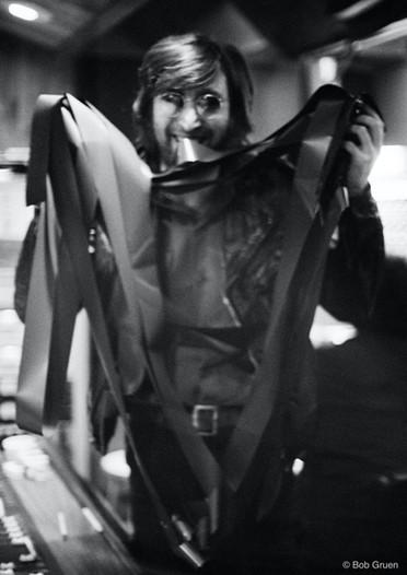 Uma pose especial com as fitas de gravação, na noite em que o presidente norte-americano Richard Nixon foi reeleito. John fez uma campanha aberta e ferrenha contra Nixon. Nova York, 7 de novembro de 1972 A special pose with the recording tapes, on the night Richard Nixon was reelected President of the United States. John campaigned openly and fiercely against Nixon. New York, November 7, 1972