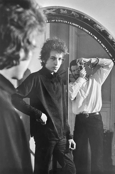 Bob Dylan with Daniel Kramer on mirror. New York, 1965