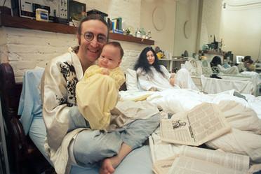 Sean nasceu em 1975, no aniversário de 35 anos de John Lennon. Alguns meses depois, o cantor anunciou uma pausa na carreira artística para acompanhar de perto os primeiros anos de seu filho nova-iorquino. Nova York, 1975 Sean was born in 1975, on John Lennon's 35th birthday. A few months later, the singer announced a break in his artistic career to follow closely his New Yorker son's early years. New York, 1975