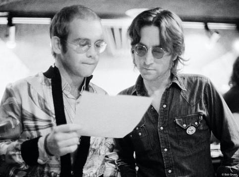 """Elton John participou de duas músicas de Walls and Bridges, incluindo o hit """"Whatever Gets You Thru the Night"""". O pianista apostou que a música chegaria ao topo da parada. Se perdesse, Lennon faria uma participação em um de seus shows."""
