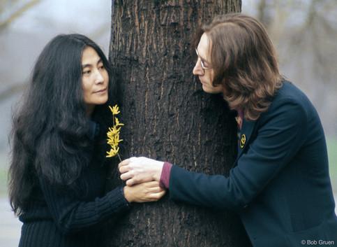 """Sessão de fotos na área oeste do Central Park, próximo ao Edifício Dakota, para onde haviam acabado de se mudar. Exatamente nessa área, doze anos depois, o paisagista Bruce Kelly projetou a zona """"Strawberry Fields"""", em homenagem a John Lennon. Nova York, 1973"""
