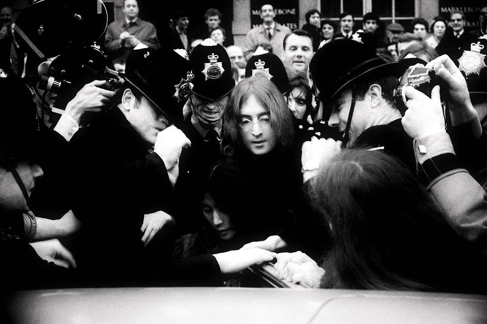 John and Yoko     leave court.    1968 d