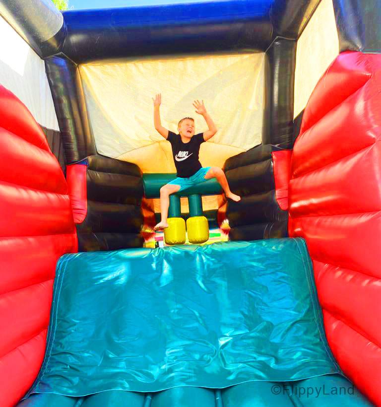 Kind springt in Hüpfburg