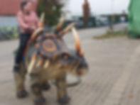 Kind auf Dinosaurier