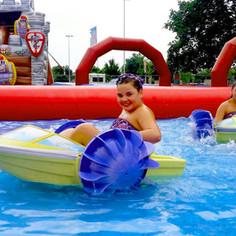 Power Paddlerboote sorgen für Erfrischung im riesigen Pool im Hüpfburgenpark