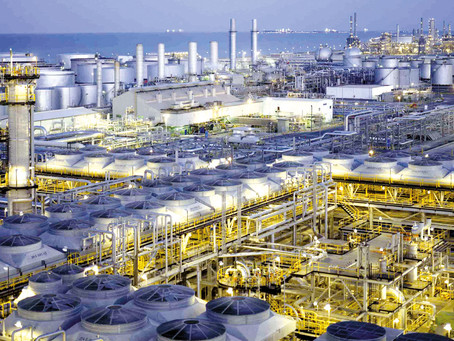 Saudi Aramco, le géant mondial du pétrole réduit ses coûts face à la chute des prix du baril